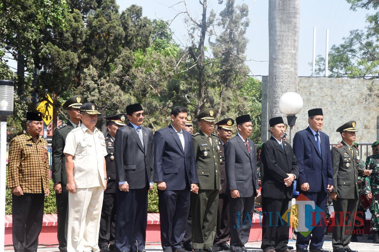 Wali Kota Kediri Abdullah Abu Bakar (tengah) saat mengikuti upacara dalam rangka memperingati Hari Pahlawan. (Eko Arif S /JatimTIMES)