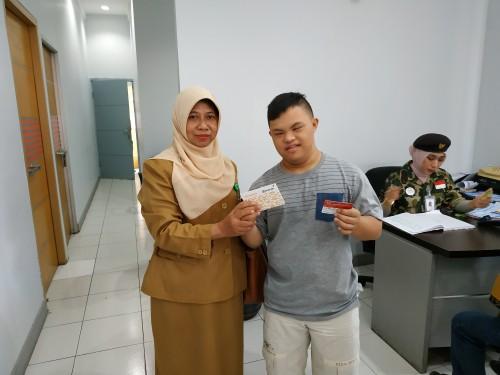 Salah satu penerima ASPD (kanan) bersama Laily Qodariyah, Kepala Seksi Rehabilitasi dan Pelayanan Sosial Lanjut Usia dan Penyandang Disabilitas Dinsos Kota Malang (Hendra Saputra)