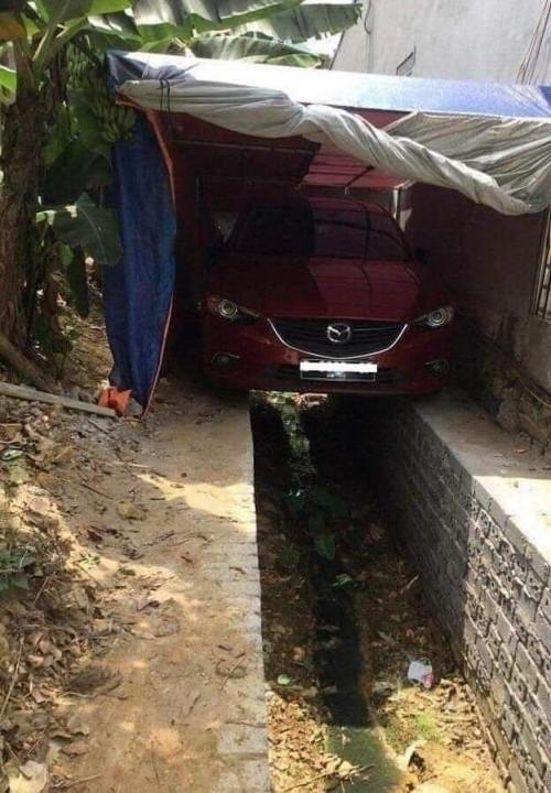 Salah satu mobil mazda yang diparkir di atas selokan. (Foto: istimewa)