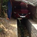Potret Mobil Parkir di Pinggir Jalan, Warganet Malah Apresiasi Mobil Terparkir di Atas Selokan