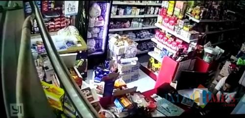 Aksi pelaku pencurian saat terekam CCTV (Foto : Polsek Singosari for MalangTIMES)