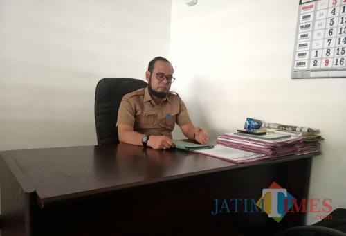 Ari Purnomo Kabag Kesra Pemkab Kediri saat memberikan keterangan. (eko Arif s /JatimTimes)
