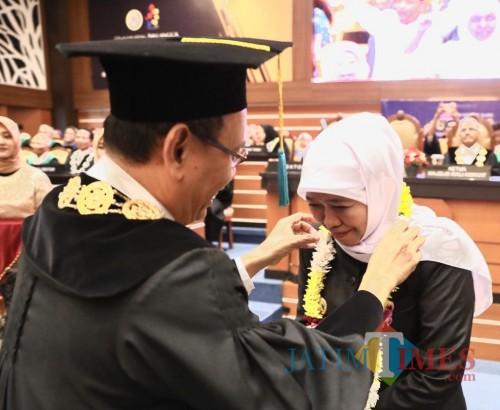 Gubernur Khofifah Raih Penghargaan Alumni Berprestasi Universitas Airlangga 2019