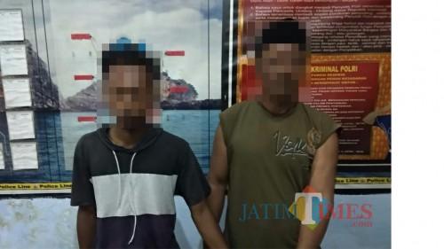 Bapak dan anak saat diamankan petugas karena kasus pengeroyokan dan penganiayaan (Foto : Polsek Dampit for MalangTIMES)