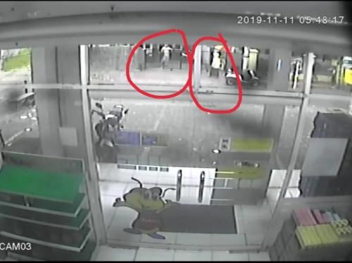Potongan gambar CCTV yang menampakkan pelaku saat mulai masuk kedalam cafe (ist)