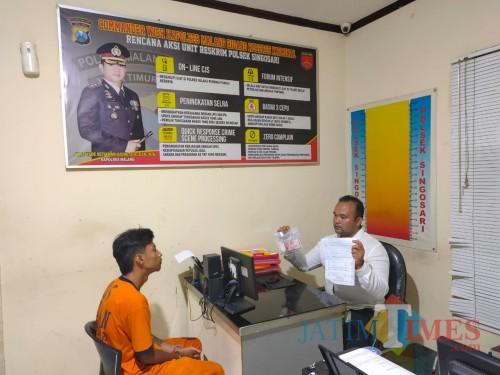Tersangka Rendi Dwi Tamrinda beserta barang bukti pencurian saat dimintai keterangan oleh polisi (Foto : Polsek Singosari for MalangTIMES)