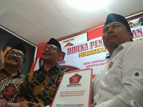 Mujahid dan Eko Ediyono saat mengambil formulir pendaftaran di partai Gerindra Kabupaten Kediri. (eko Arif s/JatimTimes)