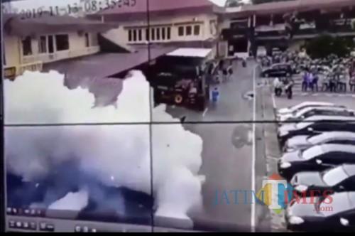 Layar tangkap dari video bom bunuh diri di Polrestabes Medan, Rabu (13/11) pagi (Ist)