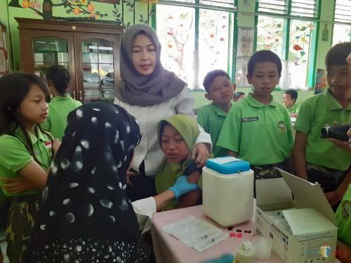 Lucunya, Anak-Anak SD Ini Diimunisasi untuk Cegah Difteri