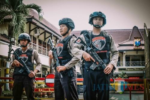 Penjagaan di Mapolres Lumajang diperketat (Foto : Moch. R. Abdul Fatah / Jatim TIMES)