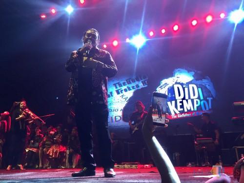 Didi Kempot saat menyanyikan lagi di Gebyar Musik & Seni 2019 di Stadion Brantas, Selasa (12/11/2019). (Foto: Irsya Richa/MalangTIMES)