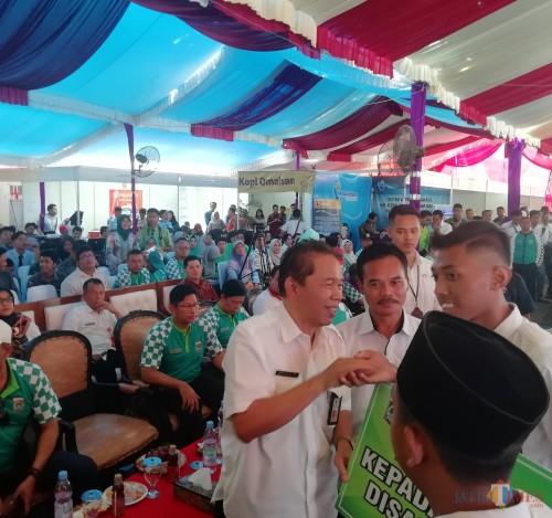 Sekda Kabupaten Malang Didik Budi Muljono memberikan bantuan kepada pelajar difabel atas prestasinya dalam job fair 2019 (Nana)