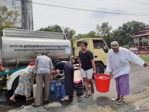 Suasana saat warga RW 09 Perumahan Joyogrand tengah memasok air dari tangki PDAM Kota Malang, Kamis (14/11) (Arifina Cahyanti Firdausi/MalangTIMES)