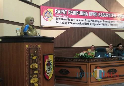 Bupati Jember dr Hj Faida MMR saat menyampaikan tanggapan pandangan fraksi-fraksi DPRD Jember. (foto : Setiawan / Jatim TIMES)