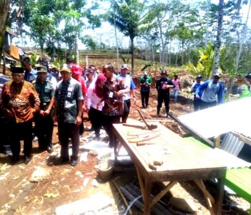 Bupati Malang Sanusi (kiri berkopiah hitam) bersama rombongan saat meninjau lokasi bencana di Desa Sumberejo, Gedangan, Kamis (14/11) (Ist)