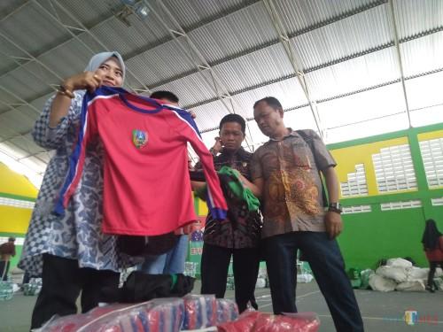 (dua dari kanan) Anggota Komisi D DPRD Jombang, Mustofa saat melakukan sidak seragam olah raga di gedung Tennis Indoor Jombang beberapa waktu lalu. (Foto: Adi Rosul / JombangTIMES)