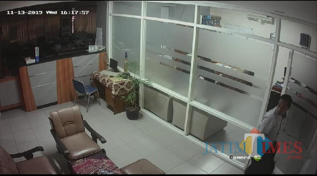 Pencuri saat keluar ruangan dan membawa tas di Jurusan Fisika Fakultas MIPA Universitas Brawijaya Malang, Rabu (13/11/2019). (screenshot video CCTV)