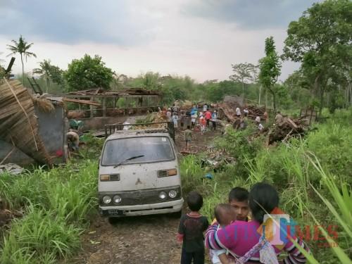 Hujan deras dan angin kencang menghantam Desa Jatiguwi, Sumberpucung, yang menyebabkan kerusakan belasan rumah dan bangunan lainnya. (PMI for MalangTimes)