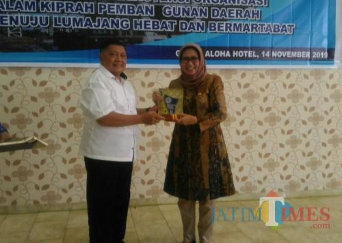 Ketua Gapensi Lumajang H. Hasan Nawawi menyerahkan cindermata kepada Wabup Lumajang (Foto : Moch. R. Abdul Fatah / Jatim TIMES)