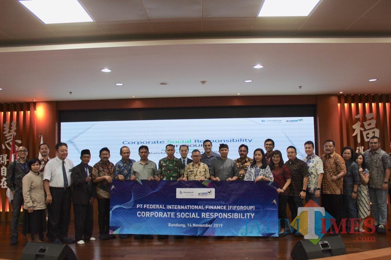 Manajemen FIFGROUP dengan 5 Lembaga dan Pemda Bandung dalam acara Corporate Social Responsibility Rapat Pimpinan FIFGROUP 2020.