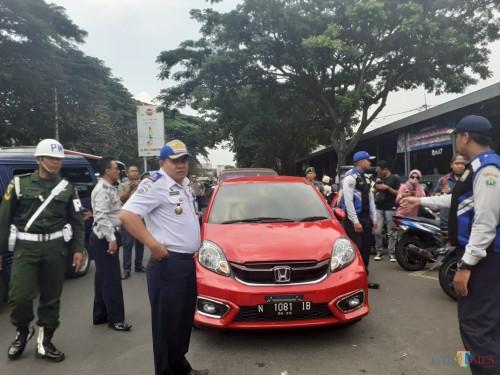 Petugas Dishub Kota Malang saat melakukan razia kendaraan penertiban parkir di kawasan Stasiun Kota Malang, Kamis (14/11)  (Arifina Cahyanti Firdausi/MalangTIMES)