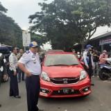 Masih Ada Kendaraan Parkir Sembarangan, Dishub Kempesi Ban Pengguna