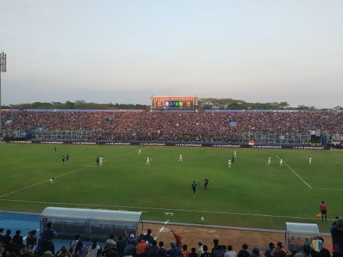 Aremania ketika memenuhi Stadion Kanjuruhan untuk mendukung Arema FC berlaga. (Hendra Saputra)