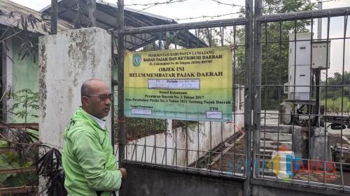 Pemasangan banner oleh petugas BPRD Lumajang (Foto : Moch. R. Abdul Fatah / Jatim TIMES)