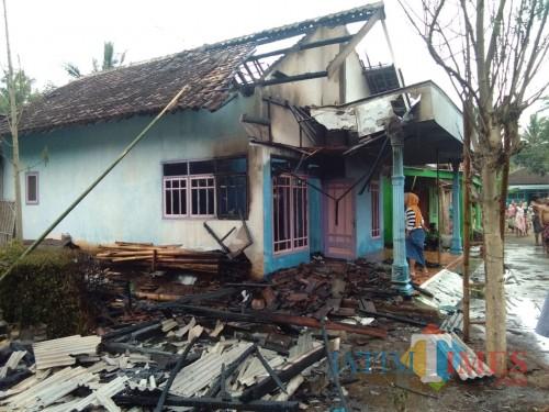 Selain kios yang ludes terbakar, api juga menjalar ke rumah milik Ny. Liana (Foto : Moch. R. Abdul Fatah / Jatim TIMES)