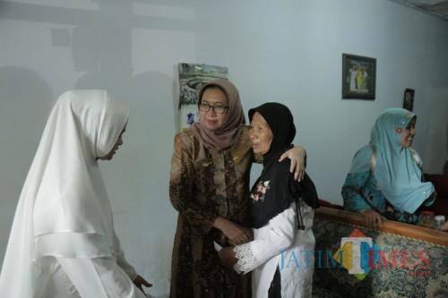 Wabup dan istri Bupati Lumajang membujuk warga penderita kanker untuk mau berobat (Foto : Moch. R. Abdul Fatah / Jatim TIMES)