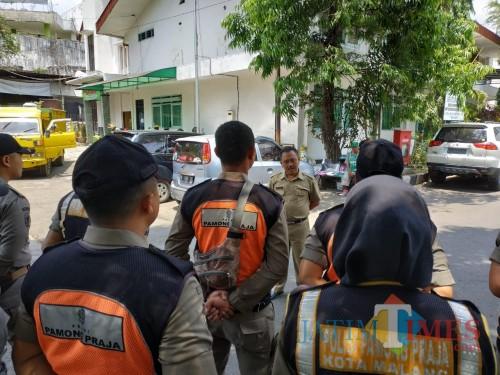 Petugas Satpol PP saat diberi pengarahan oleh Dinsos Kota Malang sebelum melakukan razia PKMS (Hendra Saputra)
