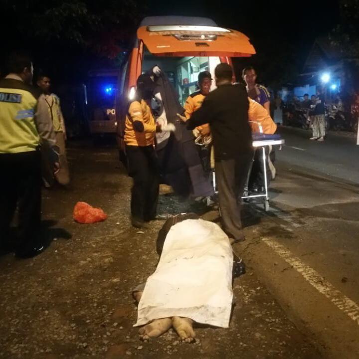 Jenazah korban kecelakaan maut saat dievakuasi ke kamar mayat RSSA Kota Malang. (Foto : Istimewa)