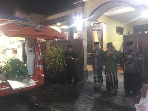 Suasana rumah duka saat Bupati Malang HM Sanusi (paling kanan) mendoakan almarhum sebelum dibawa ke Sampang, Madura untuk dimakamkan (Foto: Ashaq Lupito / MalangTIMES)