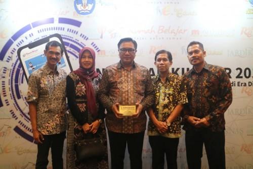 Wakil Wali Kota Malang Sofyan Edi Jarwoko (tengah berkacamata) saat menerima Anugerah Ki Hajar tahun 2019 dari Kemendikbud RI (Foto: Humas Pemkot Malang)