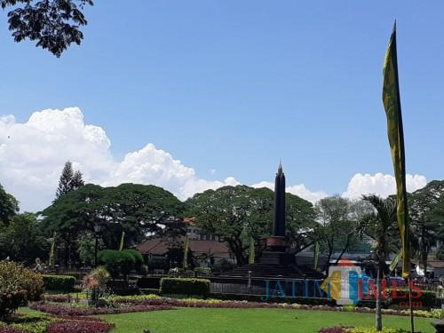 Kawasan Balaikota Malang yang banyak ditumbuhi pohon Trembesi terlihat sangat sejuk (Arifina)
