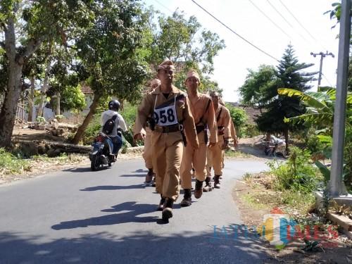 Para peserta berseragam pahlawan ikut napak tilas jejak Jendral Soedirman. (eko Arif s /JatimTimes)