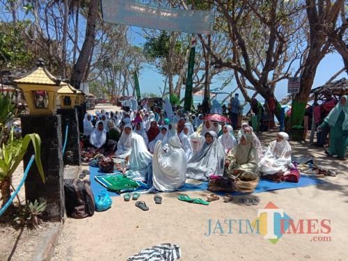 Kegiatan ibadah warga di sekitar pantai Balekambang, dimana ada harapan besar di lokasi itu terbangun masjid (PD Jasa Yasa for MalangTimes)