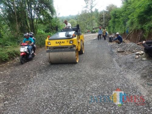 Pembangunan jalan rusak terus dilaksanakan Dinas PU Bina Marga Kabupaten Malang dalam menekan panjang jalan kondisi rusak berat (Nana)