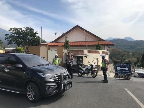 Petugas Polres Mojokerto saat mengondisikan jalur Pacet ke arah Kota Batu di area bundaran taman pacet beberapa saat lalu. (Foto: istimewa)