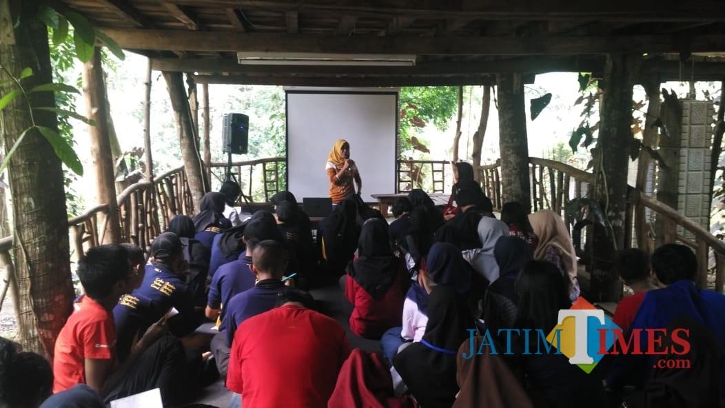 Redaktur MalangTIMES, Nurlayla Ratri saat memberikan materi (dokumentasi MalangTIMES)