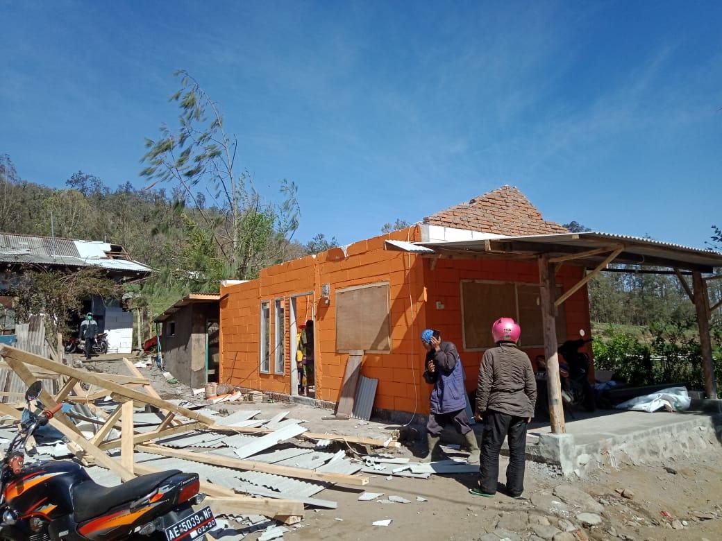 Salah satu rumah warga yang porak poranda akibat angin kencang di Kecamatan Bumiaji, Minggu (17/11/2019). (Foto: istimewa)