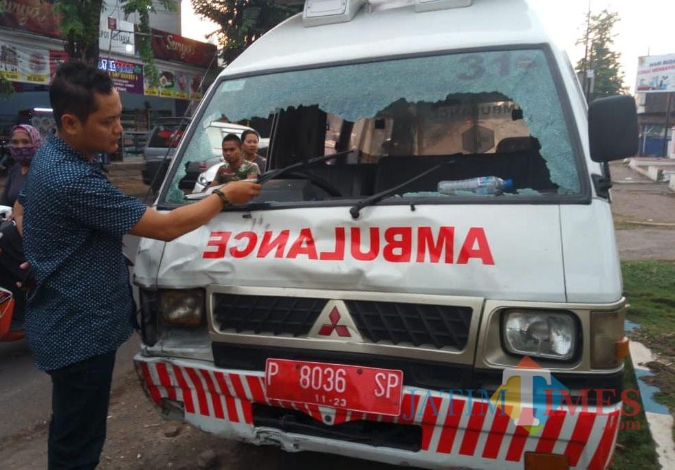 Ambulans milik PKM Tanggul yang terlibat laka lantas kaca bagian depan pecah (foto : istimewa / Jatim TIMES)