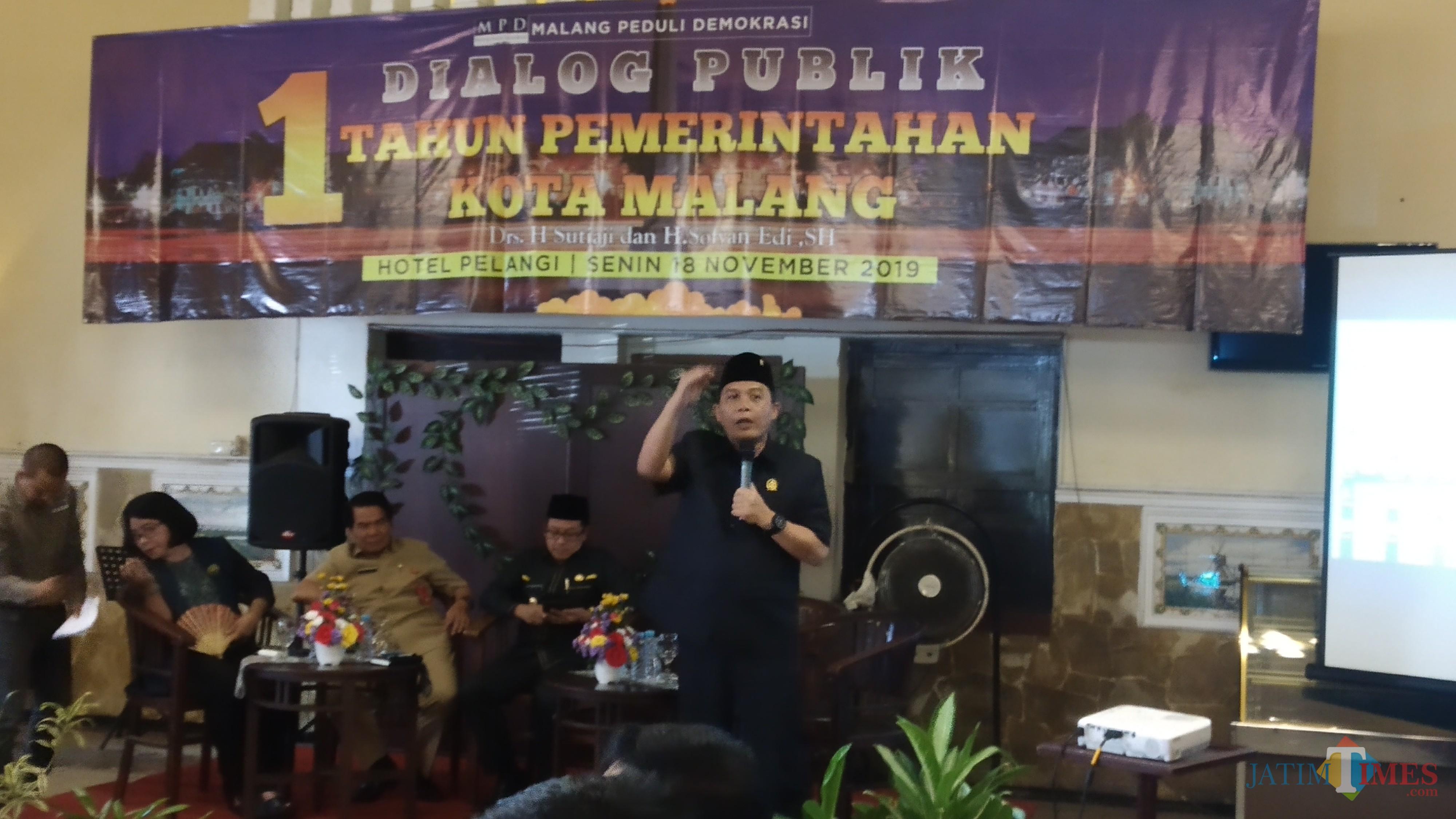Ketua DPRD Kota Malang I Made Riandiana Kartika (berdiri) saat menghadiri dialog publik satu tahun pemerintahan Kota Malang (Pipit Anggraeni/MalangTIMES).