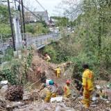 Keterlaluan, Ada Petugas DLH Kota Malang di bawah Jembatan, Warga Buang Sampah Seenaknya
