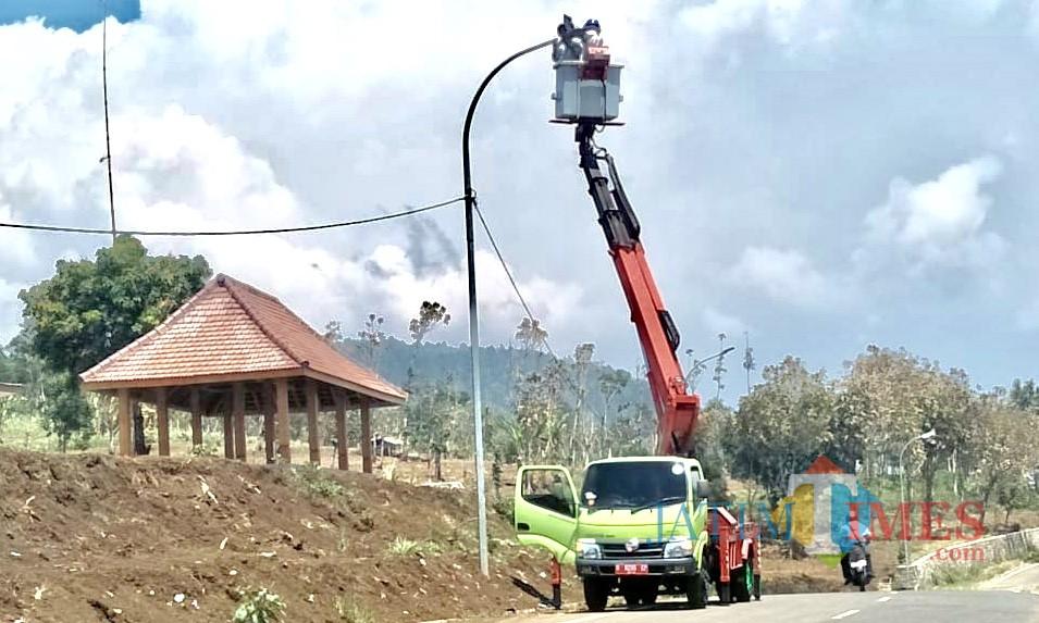 Petugas saat membenahi Penerangan Jalan Umum (PJU) dan Penerangan Jalan Lingkungan (PJL) di jalibar Desa Oro-Oro Ombo, Kecamatan Batu. (Foto: Irsya Richa/MalangTIMES)