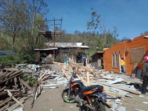 Rumah yang rusak saat angin kencang di Kecamatan Bumiaji, Minggu (17/11/2019). (Foto: istimewa)