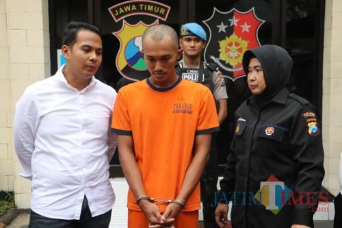 Salah seorang tersangka kasus penganiayaan dan pengeroyokan (baju oranye) saat sesi rilis berlangsung (Foto : Humas Polres Malang for MalangTIMES)