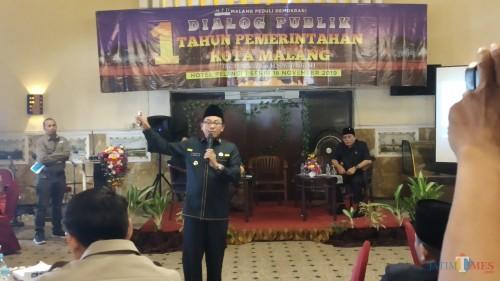 Wali Kota Malang Sutiaji (berdiri) saat menghadiri Dialog Publik Satu Tahun Pemerintahan Kota Malang (Pipit Anggraeni/MalangTIMES).