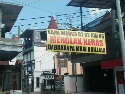 Spanduk penolakan kembali beroperasinya karaoke Maxi Brilian
