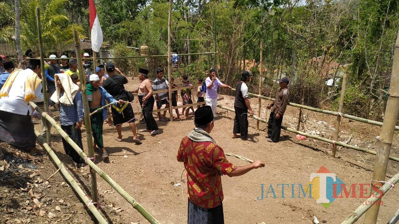 Warga Desa Mojo Kecamatan Mojo Kabupaten Kediri menggelar tradisi cambuk Tiban untuk mendatangkan hujan. (eko Arif s /JatimTimes)